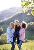 Starsza para z wnuczką outside w wiosny naturze, relaksujący zabawę i mieć Zdjęcia Royalty Free