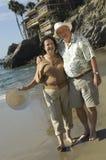 Starsza pary pozycja Przy plażą Fotografia Stock
