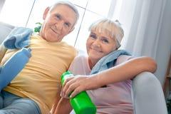 Starsza pary ćwiczenia opieki zdrowotnej woda pitna wpólnie w domu Obraz Stock