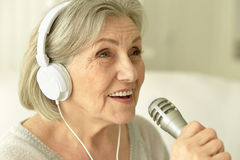 Starsza piosenkarz kobieta z hełmofonami Obrazy Stock