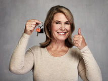 Starsza pośrednik handlu nieruchomościami kobieta z kluczem Zdjęcia Stock