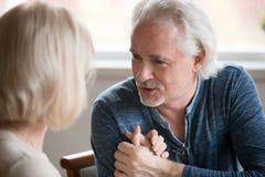 Starsza romantyczna para wyznaje miłości trzyma ręki fotografia royalty free