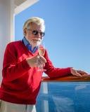 Starsza samiec trzyma szkło iskrzasty wino Zdjęcie Stock