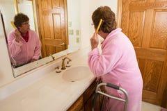 Starsza Starsza kobieta Szczotkuje włosy fotografia royalty free
