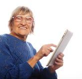 Starsza szczęśliwa kobieta używa ipad Obrazy Royalty Free