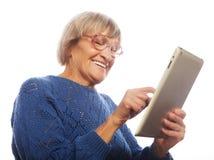 Starsza szczęśliwa kobieta używa ipad Fotografia Royalty Free