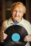Starsza szczęśliwa kobieta z winylu lp rejestrem w jego ręki Zdjęcie Stock