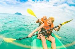 Starsza szczęśliwa para bierze podróży selfie na kajaku przy Ang paskiem m zdjęcia royalty free