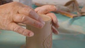 Starsze żeńskie ręki wyrównują krawędź gliniany kubek zbiory wideo