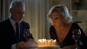 Starsze damy dmuchania torta świeczki out ono uśmiecha się, urodzinowy świętowanie, rocznica zdjęcie wideo