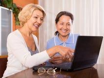 Starsze damy z laptopem obraz stock