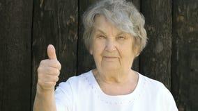 Starsze kobiet przedstawień aprobaty podpisują outdoors zbiory wideo