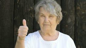 Starsze kobiet przedstawień aprobaty podpisują outdoors zdjęcie wideo
