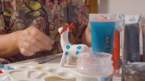 Starsze kobiet ręki barwi rogacza zbiory wideo