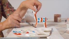 Starsze kobiet ręki barwi rogacza zbiory