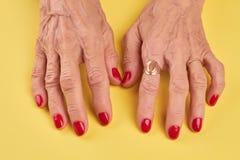 Starsze kobiet ręki z czerwonym manicure'em Zdjęcie Royalty Free