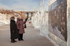 Starsze kobiety egzamininują kopię obrazka bojar Mo Zdjęcia Royalty Free