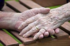 Starsze kobiety i mężczyzna ręki fotografia stock