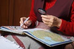 Starsze kobiety rozwiązują crosswords Obrazy Stock