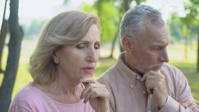 Starsze osoby dobierają się kłócić się obsługują cyganienie, kryzys w powiązaniach, rozwód zdjęcie wideo