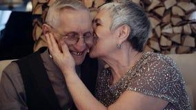 Starsze osoby dobierają się przyglądającego album fotograficznego zbiory