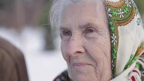 Starsze osoby dobierają się relaksować w zima czasie w parku Szczęśliwy dziad i babcia chodzi wpólnie zbiory wideo