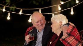 Starsze osoby dobierają się w miłości opowiada each inny zbiory