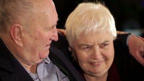 Starsze osoby dobierają się w miłości opowiada each inny zbiory wideo