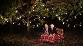 Starsze osoby dobierają się w miłości opowiada each inny i pije herbaty zbiory wideo