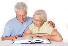 Starsze osoby dobierają się wpólnie obrazy royalty free