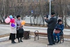 Starsze osoby obsługują fotografować dwa kobiety jako keepsake święto pracy wakacje zdjęcia stock