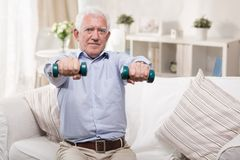 Starsze osoby obsługują ćwiczyć w domu fotografia stock