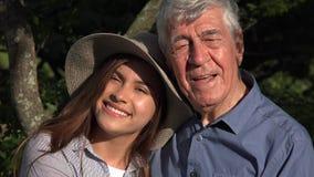 Starsze osoby obsługują i wnuczka i szczęście zdjęcie wideo