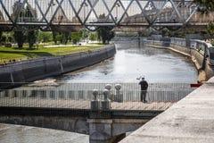 Starsze osoby obsługują przegapiać rzekę w parku Zdjęcia Royalty Free