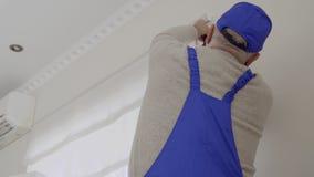 Starsze osoby obsługują w błękitnych coveralls remontowy fatstening rolkowe story zdjęcie wideo