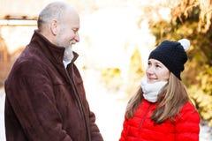 Starsze osoby obsługują z młodym opiekunem Obrazy Stock