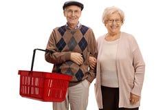 Starsze osoby obsługują z pustym zakupy koszem i starszej osoby kobietą Fotografia Royalty Free