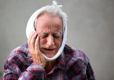 Starsze osoby obsługują z toothache fotografia royalty free