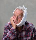 Starsze osoby obsługują z toothache zdjęcie stock