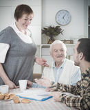 Starsze osoby pary i socjalny pracownik Zdjęcia Stock