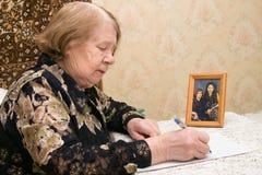 starsze osoby piszą list kobiety fotografia royalty free