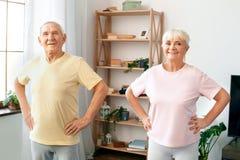 Starsze pary ćwiczenia opieki zdrowotnej ręki na talii przyglądającej kamerze wpólnie w domu Obrazy Stock