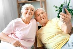Starsze pary ćwiczenia opieki zdrowotnej selfie fotografie szczęśliwe wpólnie w domu Zdjęcie Stock