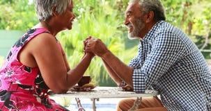 Starsze pary mienia ręki i oddziałać wzajemnie z each inny zdjęcie wideo