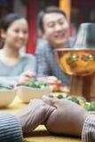 Starsze pary mienia ręki przy rodzinnym posiłkiem zdjęcie royalty free