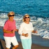 Starsze sprawności fizycznych dziewczyny jogging. Zdjęcie Royalty Free