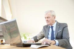 Starszego biznesmena pracujący laptop Obrazy Royalty Free