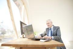 Starszego biznesmena pracujący laptop Zdjęcia Royalty Free