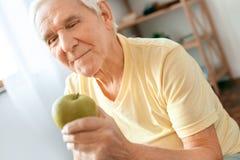 Starszego mężczyzna ćwiczenia opieki zdrowotnej przekąski zdrowy zakończenie w domu Fotografia Royalty Free