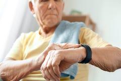 Starszego mężczyzna ćwiczenia opieki zdrowotnej pulsu miara w domu Obrazy Stock